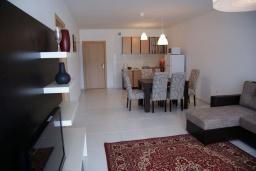 Гостиная. Черногория, Рафаиловичи : Современный апартамент а 150 метрах от пляжа, с гостиной, двумя спальнями, двумя ванными комнатами и балконом с видом на море