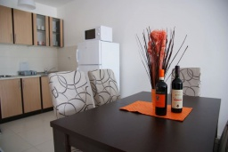 Кухня. Черногория, Рафаиловичи : Современный апартамент а 150 метрах от пляжа, с гостиной, двумя спальнями, двумя ванными комнатами и балконом с видом на море