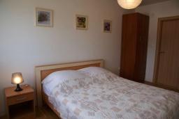 Спальня. Черногория, Рафаиловичи : Современный апартамент а 150 метрах от пляжа, с гостиной, двумя спальнями, двумя ванными комнатами и балконом с видом на море