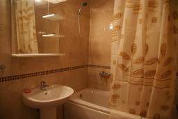 Ванная комната. Черногория, Рафаиловичи : Современный апартамент а 150 метрах от пляжа, с гостиной, двумя спальнями, двумя ванными комнатами и балконом с видом на море