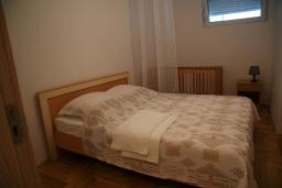 Спальня 2. Черногория, Рафаиловичи : Современный апартамент а 150 метрах от пляжа, с гостиной, двумя спальнями, двумя ванными комнатами и балконом с видом на море