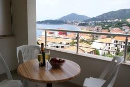 Балкон. Черногория, Рафаиловичи : Современный апартамент а 150 метрах от пляжа, с гостиной, двумя спальнями, двумя ванными комнатами и балконом с видом на море