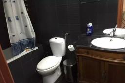 Ванная комната. Черногория, Рафаиловичи : Современный апартамент с гостиной, двумя спальнями и террасой
