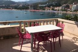 Балкон. Черногория, Рафаиловичи : Апартамент возле пляжа с гостиной, двумя спальнями и балконом с шикарным видом на море