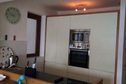 Кухня. Черногория, Рафаиловичи : Апартамент возле пляжа с гостиной, двумя спальнями и балконом с шикарным видом на море