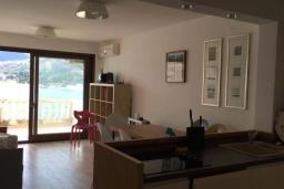 Гостиная. Черногория, Рафаиловичи : Апартамент возле пляжа с гостиной, двумя спальнями и балконом с шикарным видом на море