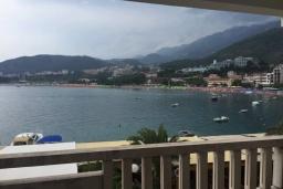 Вид на море. Черногория, Рафаиловичи : Апартамент возле пляжа с гостиной, двумя спальнями и балконом с шикарным видом на море