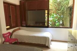 Спальня. Черногория, Рафаиловичи : Апартамент возле пляжа с гостиной, двумя спальнями и балконом с шикарным видом на море