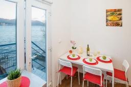 Обеденная зона. Черногория, Нивице : Уютный апартамент с выходом на берег моря в спокойном месте с шикарным видом с балкона