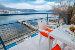 Терраса. Черногория, Нивице : Уютный апартамент с выходом на берег моря в спокойном месте с шикарным видом с балкона