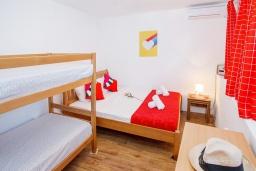 Спальня. Черногория, Нивице : Уютный апартамент с выходом на берег моря в спокойном месте с шикарным видом с балкона