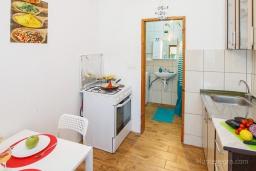 Кухня. Черногория, Нивице : Уютный апартамент с выходом на берег моря в спокойном месте с шикарным видом с балкона