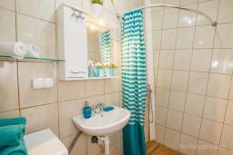 Ванная комната. Черногория, Нивице : Уютный апартамент с выходом на берег моря в спокойном месте с шикарным видом с балкона