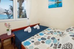 Спальня. Черногория, Нивице : Отдельный этаж дома с огромной террасой, барбекю и шикарным видом на берегу моря