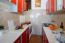 Кухня. Черногория, Нивице : Отдельный этаж дома с огромной террасой, барбекю и шикарным видом на берегу моря