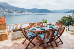 Терраса. Черногория, Нивице : Отдельный этаж дома с огромной террасой, барбекю и шикарным видом на берегу моря