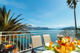 Вид на море. Черногория, Нивице : Дом на берегу моря с огромной террасой и фантастическим видом на Адриатику, 8 спален, 3 ванные комнаты, барбекю, парковка, Wi-Fi