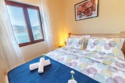 Спальня. Черногория, Нивице : Дом на берегу моря с огромной террасой и фантастическим видом на Адриатику, 8 спален, 3 ванные комнаты, барбекю, парковка, Wi-Fi