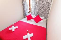 Спальня 2. Черногория, Нивице : Дом на берегу моря с огромной террасой и фантастическим видом на Адриатику, 8 спален, 3 ванные комнаты, барбекю, парковка, Wi-Fi