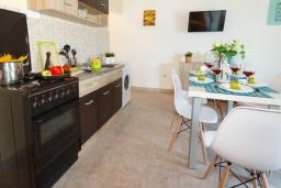 Кухня. Черногория, Нивице : Дом на берегу моря с огромной террасой и фантастическим видом на Адриатику, 8 спален, 3 ванные комнаты, барбекю, парковка, Wi-Fi