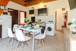 Обеденная зона. Черногория, Нивице : Дом на берегу моря с огромной террасой и фантастическим видом на Адриатику, 8 спален, 3 ванные комнаты, барбекю, парковка, Wi-Fi