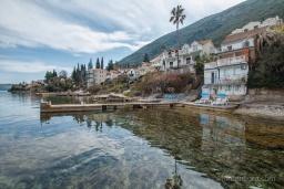 Фасад дома. Черногория, Нивице : Дом на берегу моря с огромной террасой и фантастическим видом на Адриатику, 8 спален, 3 ванные комнаты, барбекю, парковка, Wi-Fi