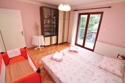 Спальня. Черногория, Игало : Большой апартамент в доме с зелёным садом, лужайкой и лежаками в 15 метрах от моря