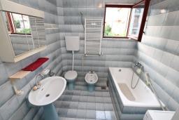 Ванная комната. Черногория, Игало : Большой апартамент в доме с зелёным садом, лужайкой и лежаками в 15 метрах от моря