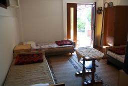 Спальня 2. Черногория, Биела : Апартамент для 4 человек с отдельной спальней, с террасой