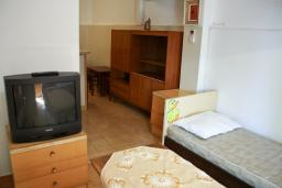 Спальня. Черногория, Биела : Апартамент для 4 человек с отдельной спальней, с террасой