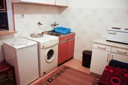 Кухня. Черногория, Биела : Апартамент для 4 человек с отдельной спальней, с террасой