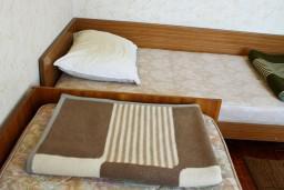 Спальня. Черногория, Биела : Апартамент для 5 человек с отдельной спальней, с балконом