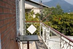 Балкон. Черногория, Биела : Апартамент для 5 человек с отдельной спальней, с балконом