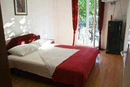 Спальня. Черногория, Биела : Апартамент для 5 человек, 2 спальни, с балконом