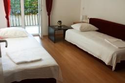 Спальня 2. Черногория, Биела : Апартамент для 5 человек, 2 спальни, с балконом
