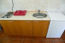 Кухня. Черногория, Биела : Апартамент для 6 человек, 2 спальни, с балконом