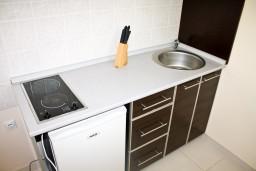Кухня. Черногория, Кумбор : Cтудия с террасой в 5 метрах от моря