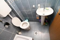 Ванная комната. Черногория, Дженовичи : Апартамент с отдельной спальней, с балконом и видом на море