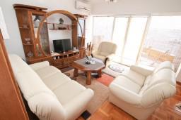 Гостиная. Черногория, Биела : Апартамент с отдельной спальней, с балконом с шикарным видом на море, возле пляжа