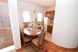 Обеденная зона. Черногория, Биела : Апартамент с отдельной спальней, с балконом с шикарным видом на море, возле пляжа