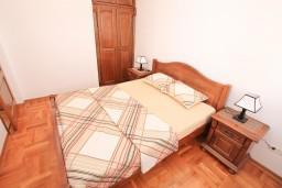 Спальня. Черногория, Биела : Апартамент с отдельной спальней, с балконом с шикарным видом на море, возле пляжа