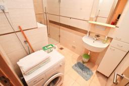 Ванная комната. Черногория, Игало : Шикарный апартамент с большой гостиной и двумя спальнями