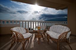 Вид на море. Черногория, Герцег-Нови : Большая студия Цикас для троих с балконом и видом на море
