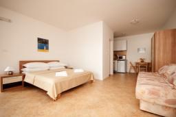 Студия (гостиная+кухня). Черногория, Герцег-Нови : Большая студия Цикас для троих с балконом и видом на море