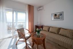 Гостиная. Черногория, Герцег-Нови : Апартамент Тамарис для пяти человек с двумя спальнями