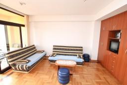 Гостиная. Черногория, Игало : Большой апартамент с гостиной, отделенной кухней, отдельной спальней и балконом с видом на море