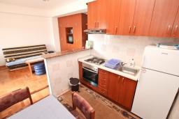 Кухня. Черногория, Игало : Большой апартамент с гостиной, отделенной кухней, отдельной спальней и балконом с видом на море