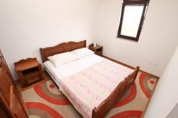 Спальня. Черногория, Игало : Большой апартамент с гостиной, отделенной кухней, отдельной спальней и балконом с видом на море