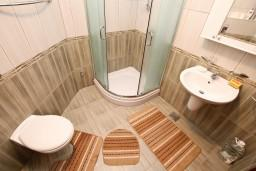 Ванная комната. Черногория, Игало : Большой апартамент с гостиной, отделенной кухней, отдельной спальней и балконом с видом на море