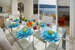 Обеденная зона. Черногория, Зеленика : Уютный дом, с невероятным видом на Адриатическое море, располагается в 100 метрах от моря в живописном и спокойном районе Герцег-Нови